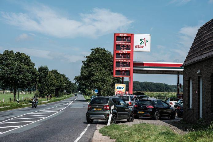 Nederlandse auto's in de rij om te tanken bij de Star in Elten, archieffoto ter illustratie.