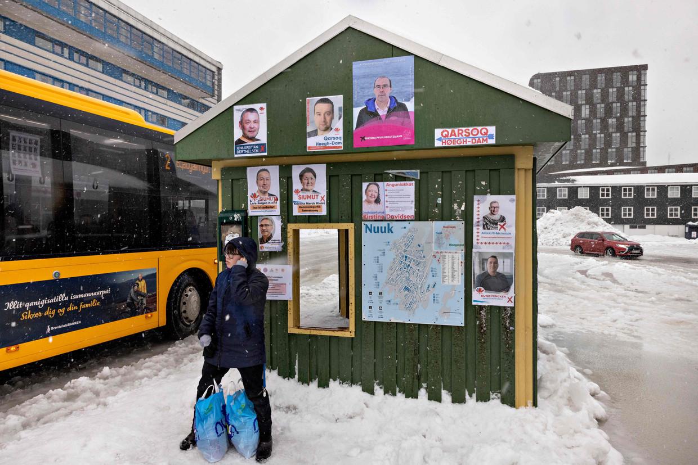 Verkiezingsaffiches in de Groenlandse hoofdstad Nuuk. De campagne gaat grotendeels over de keuze tussen milieu en economie. Beeld AFP