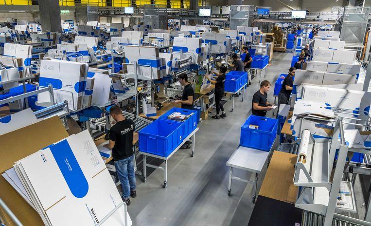 Pakjes worden voor verzending gesorteerd in het distributiecentrum van bol.com tijdens de drukke dagen voor de viering van het sinterklaasfeest.  Beeld BELGAIMAGE