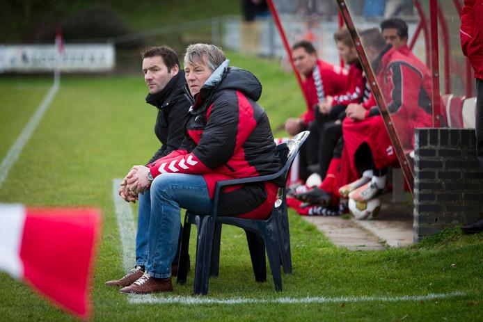 Ron IJsbrandij (voorgrond) op de bank bij Rood Wit, met naast hem Gery Keukens.