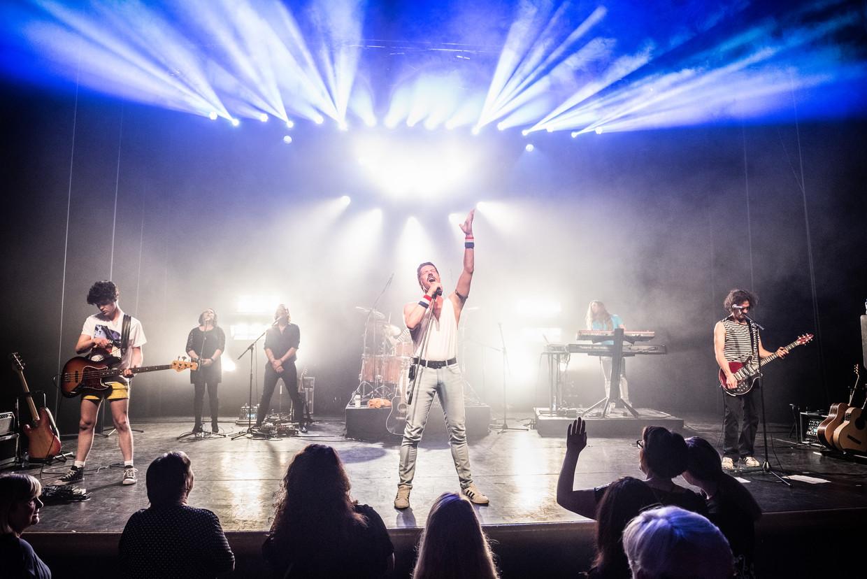 De Queen tributeband Queen Forever tijdens een optreden in Goor (Overijssel). Beeld Simon Lenskens