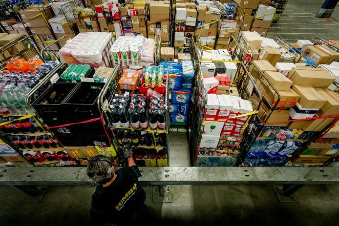Een medewerker in het distributiecentrum van supermarkt Jumbo. Een deel van het personeel keert zich tegen de nieuwe arbeidsvoorwaarden (avr).