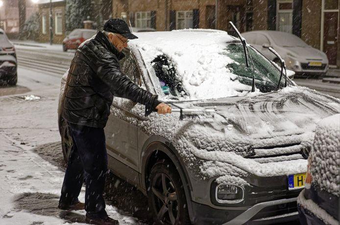 Lang geleden, maar er moest weer sneeuw van de auto gehaald worden. Zoals hier aan de Theerestraat in Sint-Michielsgestel.