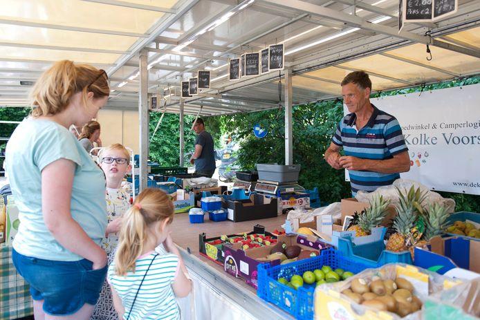 Albert Wassink in zijn groente- en fruitkraam op de minimarkt in Wilp.