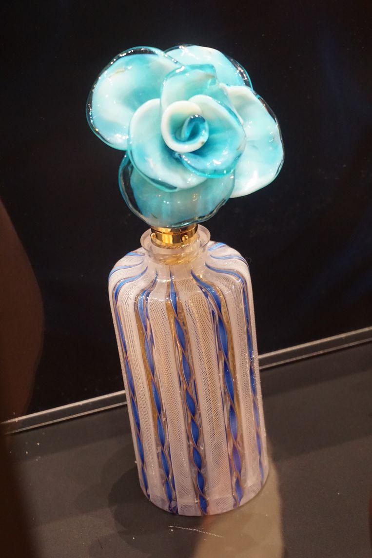 Palazzo Mocenigo brengt de geschiedenis van de parfumerie aan de hand van prachtige parfumflesjes van Muranoglas. Beeld Jef Mertens/The Venice Insider