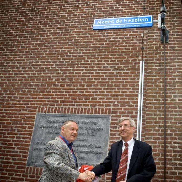 Stadsgids Rinus Franken en Wethouder Arnold Hagenaars onthullen het naambordje van het Mozes de Hesplein. foto Tonny Presser/het fotoburo