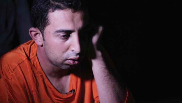 De gevangen genomen Jordaanse straaljagerpiloot Muadh al-Kasasbeh in oranje plunje. Beeld rv