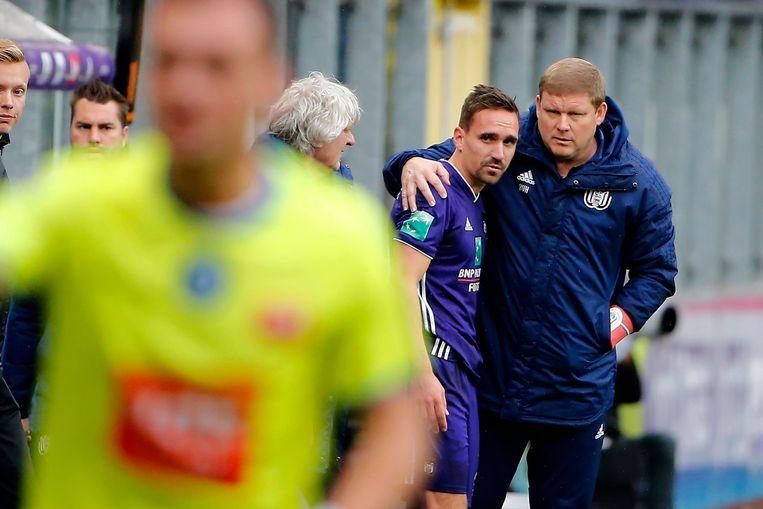 Hein Vanhaezebrouck stuurt Sven Kums het veld in bij Anderlecht. Beeld Photo News