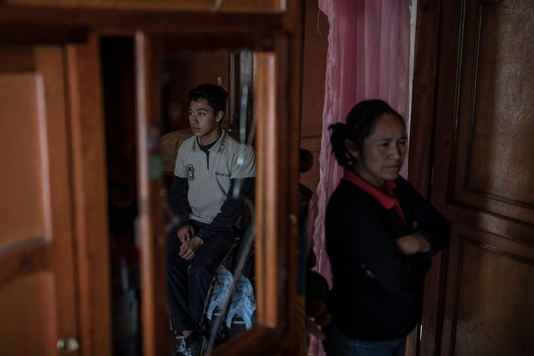 Edgar Enrique Hernández (17), het Kind Nul, met zijn moeder Maria del Carmen. Beeld  Alejandro Cegarra