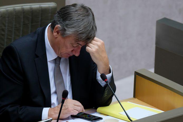Op beelden van 'Villa Politica' was te zien hoe Jambon een spelletje op zijn telefoon speelde tijdens het debat over de regeerverklaring. De oppositie zag er een nieuw bewijs in van zijn dedain voor het parlement.
