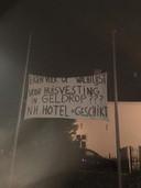 Vrijdagavond hebben onbekenden spandoeken opgehangen in centrum van Geldrop.