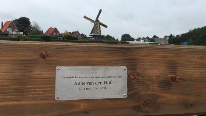 Natuurgebied De Aanwas in Veen met op de voorgrond de plaquette ter nagedachtenis aan Anne van den Hof (1950-2018).