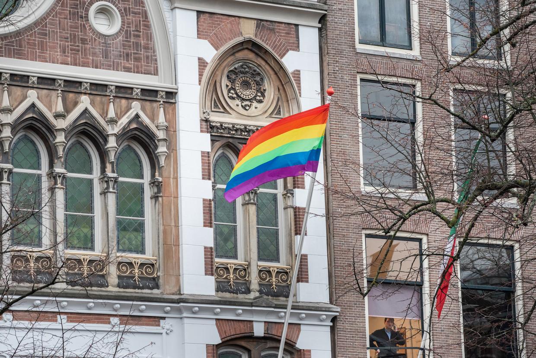 Naar aanleiding van de Nashville-verklaring hangen verschillende instellingen in Amsterdam de regenboogvlag buiten, zoals hier bij de Keizersgrachtkerk.
