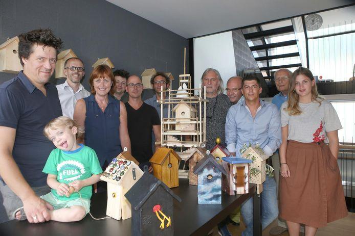 De kunstenaars bij enkele van de vogelkastjes die zaterdag samen als een groot vogelhotel zullen worden opgehangen.