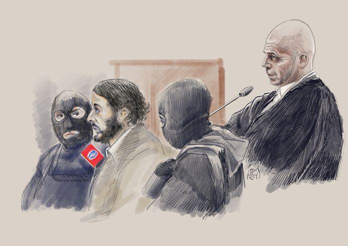 Salah Abdeslam (tweede van links) en zijn advocaat Sven Mary (rechts) in de rechtszaal.
