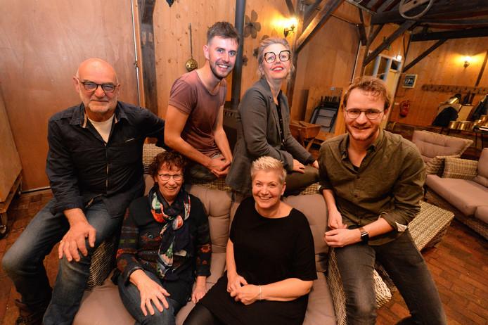 Enkele van de initiatiefnemers achter Puur Platteland op Erve Slotman: van links naar rechts Henk en Dinie Leerink, Robert Geesink, Marieke Altena, Claudia Krooshof en Wout Leerink.