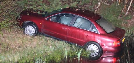 Chauffeur zonder rijbewijs eindigt achtervolging op A1 bij Holten in een sloot en vlucht de bosjes in