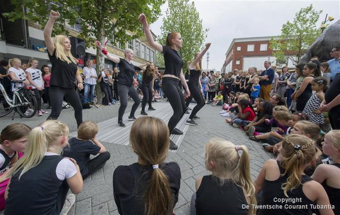 Een dansoptreden op de Markt tijdens het amateurfestival WAK in Hengelo. Vanwege de verwachte regen worden de meeste optredens aanstaand weekeinde binnen gehouden, in de schouwburg.