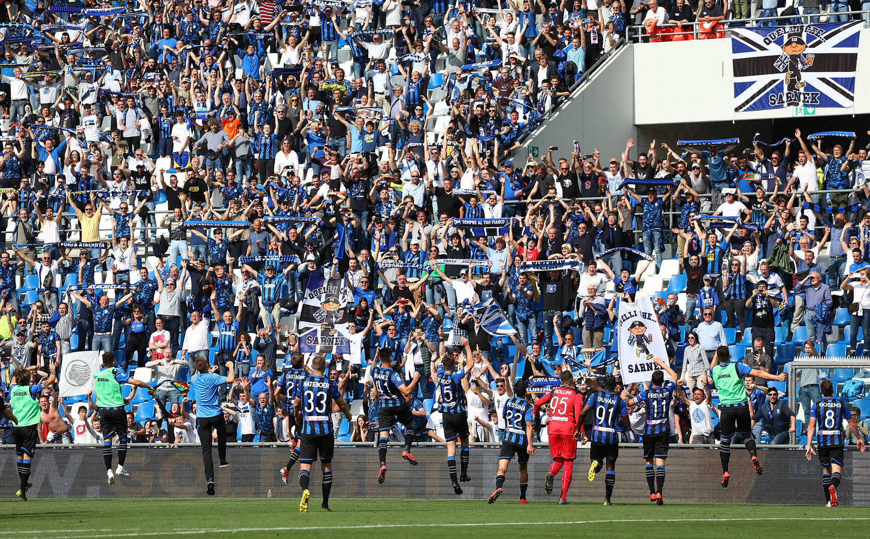 De spelers van Atalanta bedanken de fans na wéér een overwinning, ditmaal tegen Genoa eerder dit seizoen.