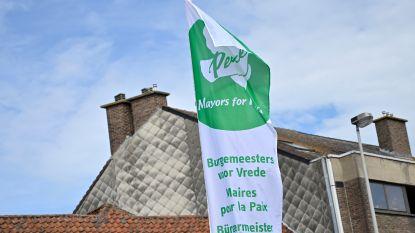 Vredesvlag siert gevel gemeentehuis