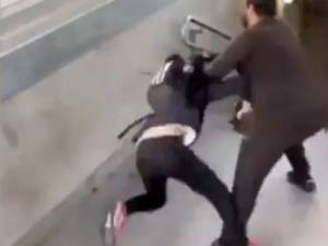 Man slaat en schopt bellende tiener in stationsbuurt: politie opent onderzoek