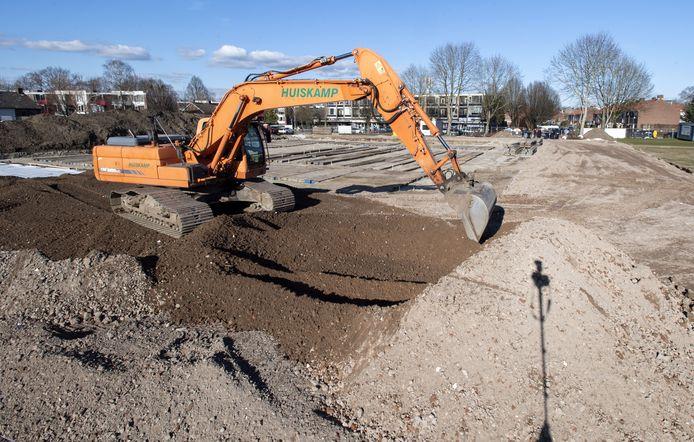 Bouwplaats aan zijde van Weideweg: officiële start bouw nieuwe school Attendiz door onthullen van bouwbord.