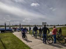 Veer tussen Hattem en Zwolle vaart weer, gasten stromen toe op eerste vaardag