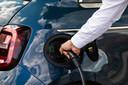 Aan de gebruiksvriendelijkheid ligt het niet. Het opladen van een elektrische auto gaat zo mogelijk nog gemakkelijker dan het voltanken van een benzineauto.