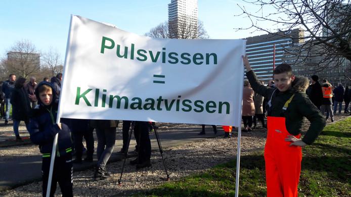 Urker vissers zijn met drie touringcars afgereisd naar den Haag in een vissersprotest tegen een dreigend EU-verbod op pulsvissen.