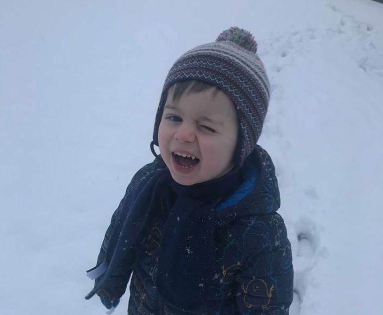Maxim (2 jaar) vindt de sneeuw helemaal geweldig