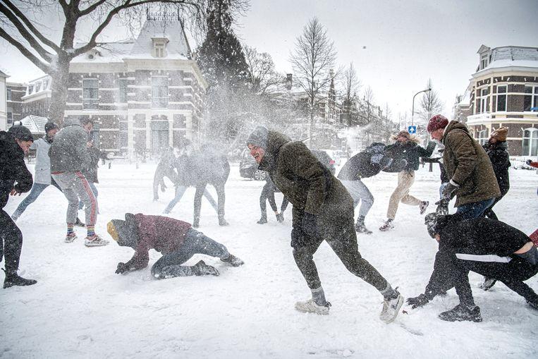 Na corona legt sneeuw het land stil: code oranje en de scholen blijven dicht - Trouw
