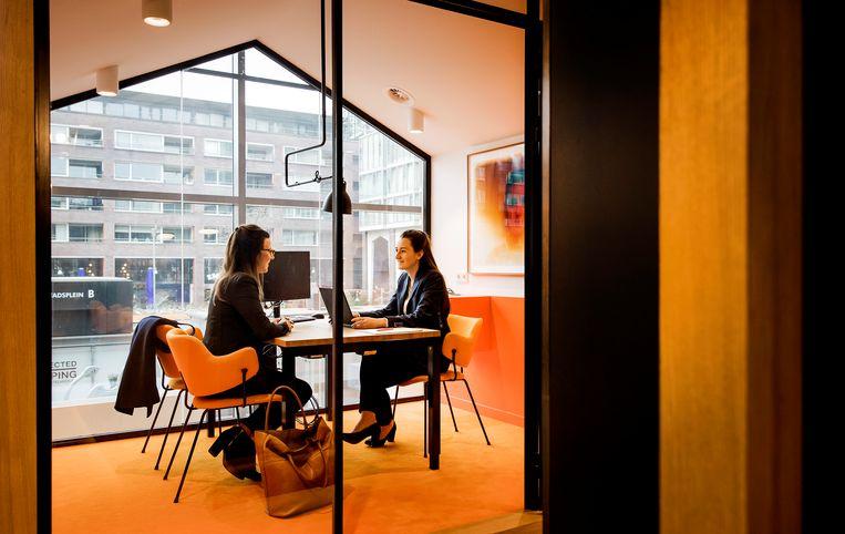 Een klant krijgt advies bij ING. Uit onderzoek blijkt dat persoonlijk contact met een bankmedewerker leidt tot meer vertrouwen in de bank. Beeld ANP XTRA