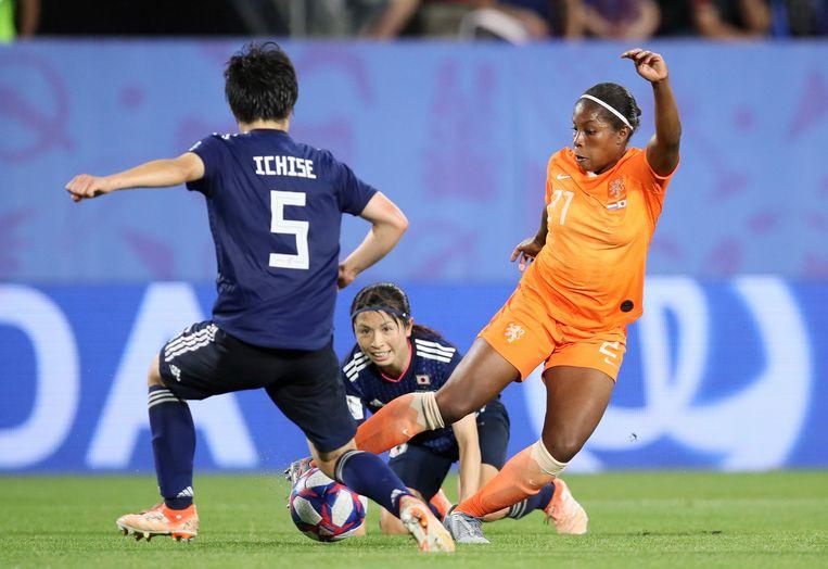 Lineth Beerensteyn passeert de Japanse verdedigster Nana Ichise in de door Oranje gewonnen achtste finale. Beeld AP