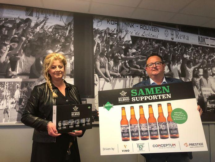 Nicole Kornet van Vino Genemuiden en Raymond van Dijk van SC Genemuiden presenteren Wetering Blond, het biertje speciaal dat Kornet heeft laten brouwen voor de voetbalclub.