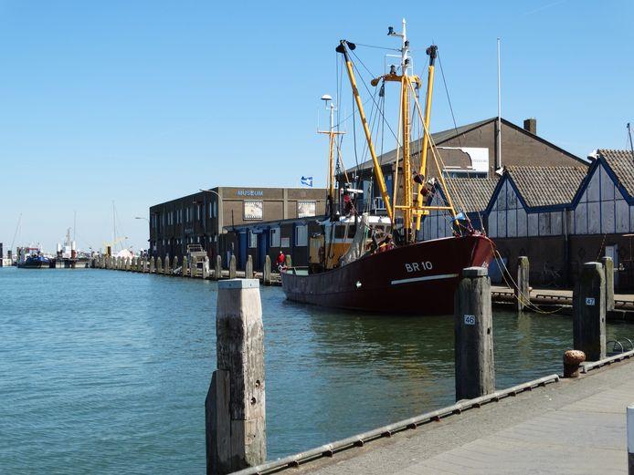 Vissershaven Breskens, met vooraan rechts de vismijn en daarachter het visserijmuseum, archieffoto 2016.