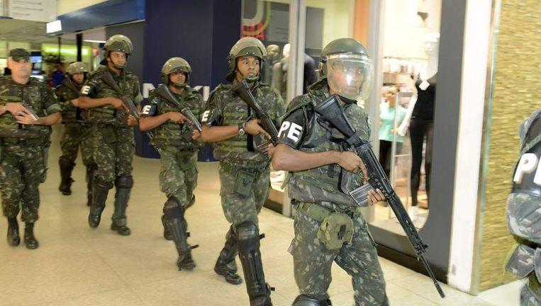 Soldaten patrouilleren in een winkelcentrum in de staat Bahia. Beeld reuters