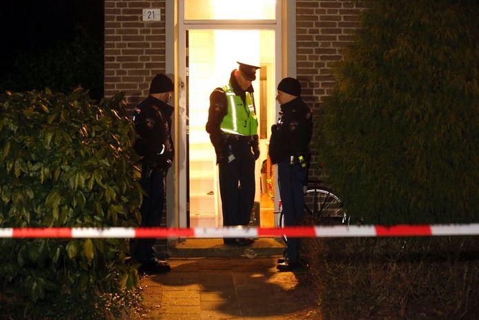 Agenten bij de woning waar de bewoner zwaargewond raakte na een steekpartij. foto Bert Jansen