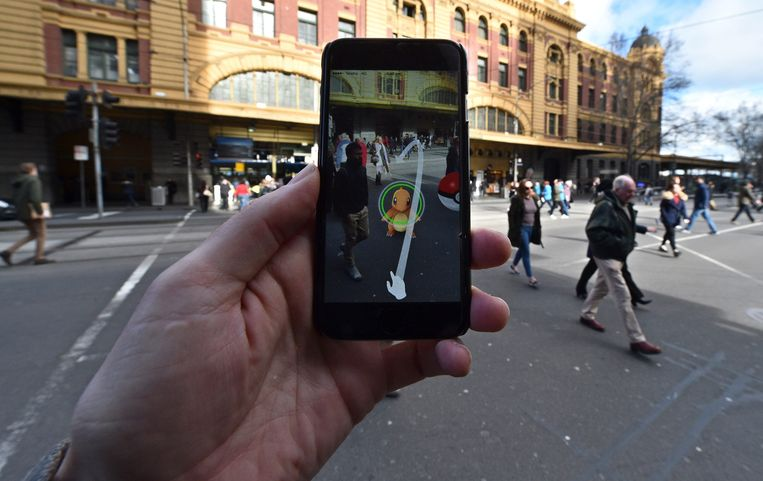 Een Pokémon (in dit geval Charmander) op straat geprojecteerd via de telefoon. Dat kan realistischer met een augmented reality-bril. Beeld EPA
