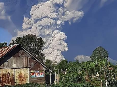 """Une spectaculaire colonne de fumée s'échappe du Sinabung: le volcan peut """"éclater à tout moment"""""""