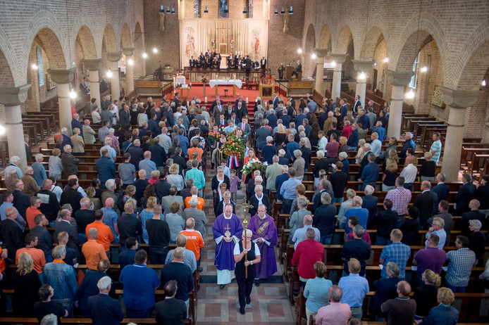 Veel voetbalsupporters namen vandaag in de kerk afscheid van de 'Oranje Generaal'.