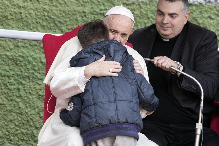 Emanuele vroeg aan paus Franciscus of zijn overleden, atheïstische vader wel door de hemelpoorten was geraakt.  Beeld EPA