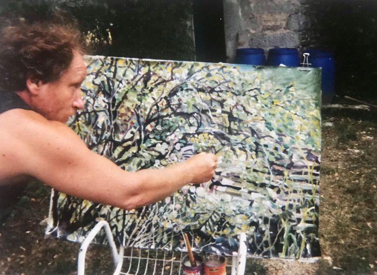 Hans Boon aan het schilderen op landgoed La Borde in Frankrijk  Beeld Dana Ploeger