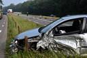 De auto die bij het ongeluk betrokken is heeft forse schade opgelopen.
