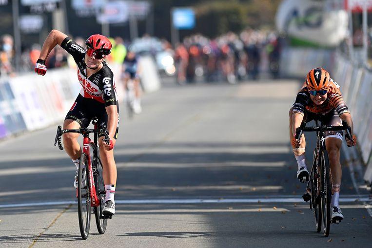 Lotte Kopecky vloert Jolien D'hoore in de sprint. Beeld Photo News