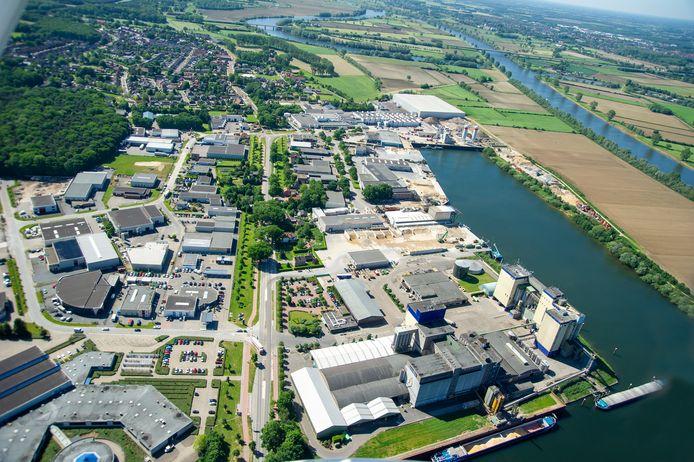 Haven van Heijen met het middenstuk tussen de haven en rivier de Maas waarvoor uitbreidingsplannen zijn.