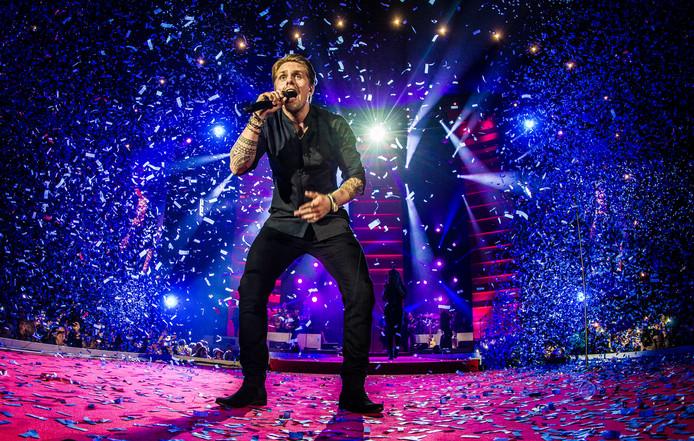 De Nederlandse zanger Andre Hazes tijdens zijn Live In Ahoy concert.