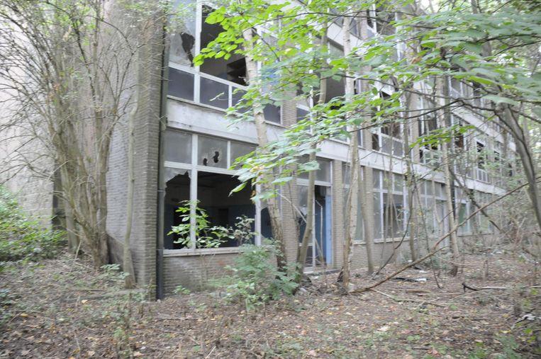 Een triest aanzicht van een door vandalen geteisterd gebouw. Dit wordt afgebroken met het oog op de bouw van een nieuw trainingscentrum met schietstand.