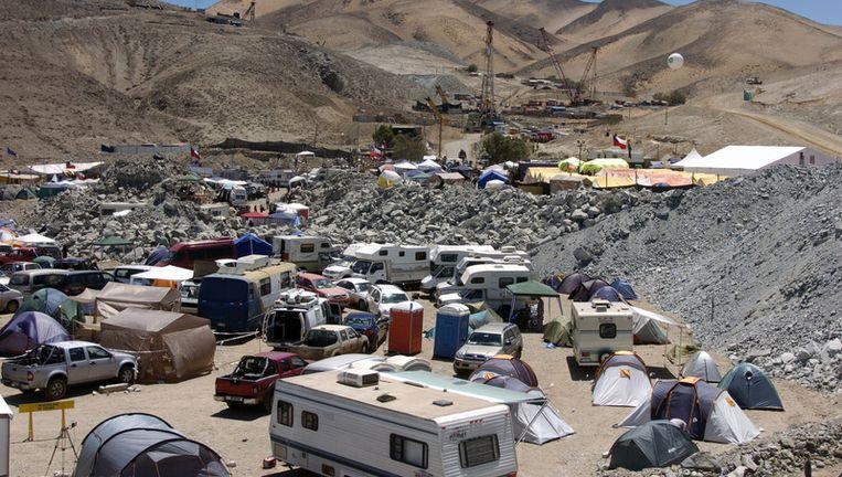 Journalisten bivakkeren in tentjes en campers bij de koper- en goudmijn. © AP Beeld