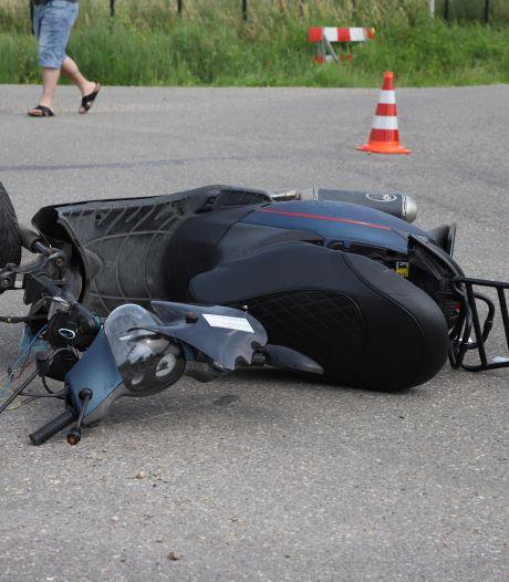 Scooterrijder raakt ernstig gewond bij botsing in Tricht, traumaheli opgeroepen
