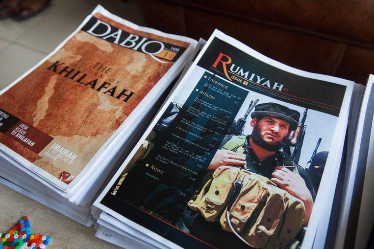 Ten huize van expert Pieter Van Ostaeyen liggen ook jaargangen van Dabiq en Rumiyah, de propagandaboekjes van IS. Beeld Tim Dirven